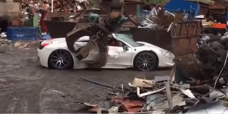 It's better not to look at the weak nerves - because of the police mistake the beautiful Ferrari 458 Spider was destroyed  (Video)